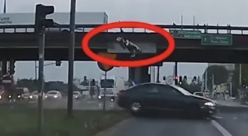 TRAGICZNY wypadek! Motocyklista LECIAŁ w powietrzu! Wideo!