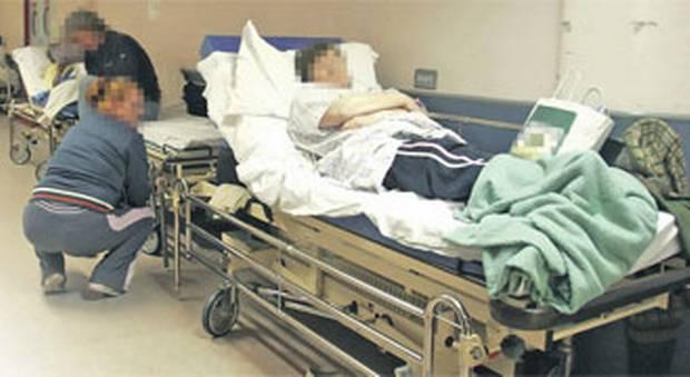 ZMARŁ pacjent WYRZUCONY na korytarz! Bo przyjechał EUROPOSEŁ!