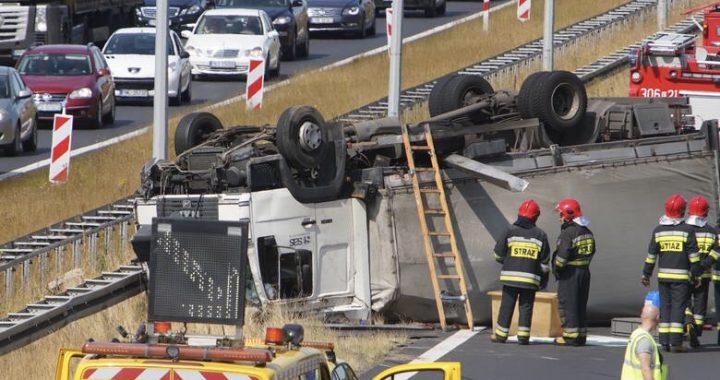 DRAMAT na autostradzie A2! Ciężarówka przewróciła się na…