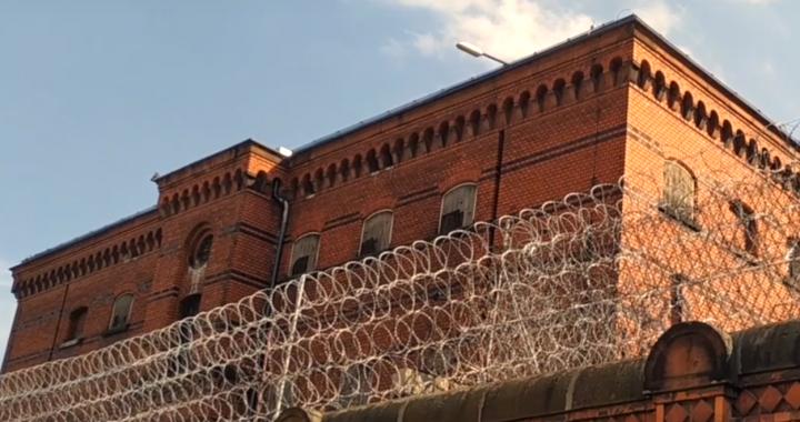 Samosąd w więzieniu! TO osadzeni napisali gwałcicielowi na plecach!