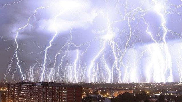 NAWAŁNICE nad Polską! Ulewy i huragan! IMGW ostrzega!