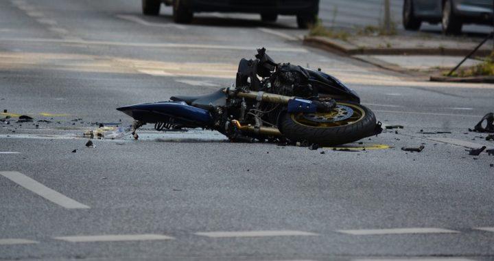 MAKABRA na drodze! Motocyklista ZGINĄŁ pod ciężarówką!