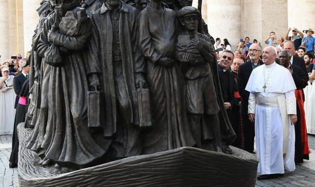 """Tratwa z migrantami na PLACU ŚWIĘTEGO PIOTRA. Papież FRANCISZEK: """"nie zapomnijmy o gościnności""""!"""