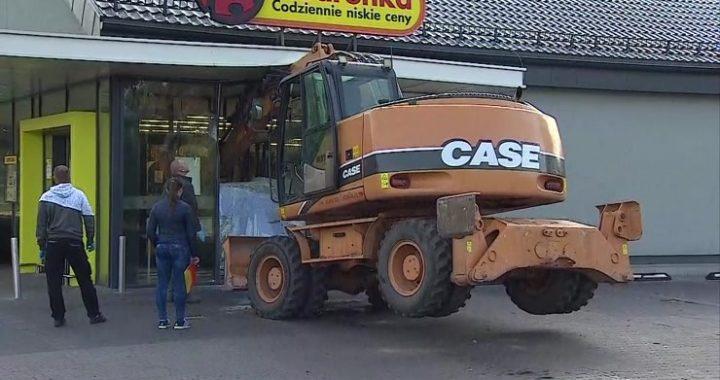 Nieudana próba napadu na bankomat… Wjechali koparką w Biedronkę!