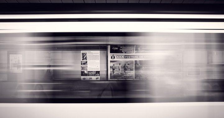 Szokujące zdarzenie na peronie metra! Kobieta została zepchnięta na tory… [VIDEO]