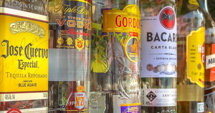 Ile rodzajów alkoholi, tyle emocji im towarzyszy. TAK wpływają na nas poszczególne drinki!