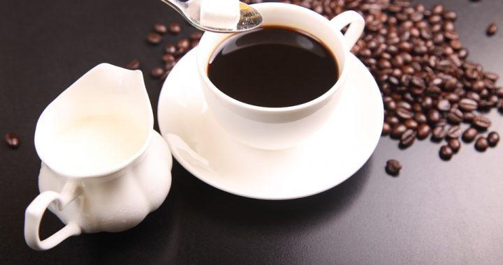 Słodzisz kawę i herbatę? Zamiast dodawać cukru, wybierz ten produkt!
