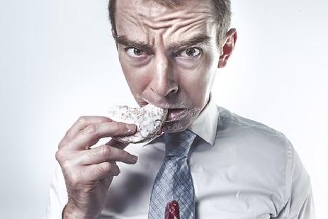 Sięgasz po słodycze, gdy się STRESUJESZ? Psycholog tłumaczy, jak skutecznie pozbyć się OBJADANIA!
