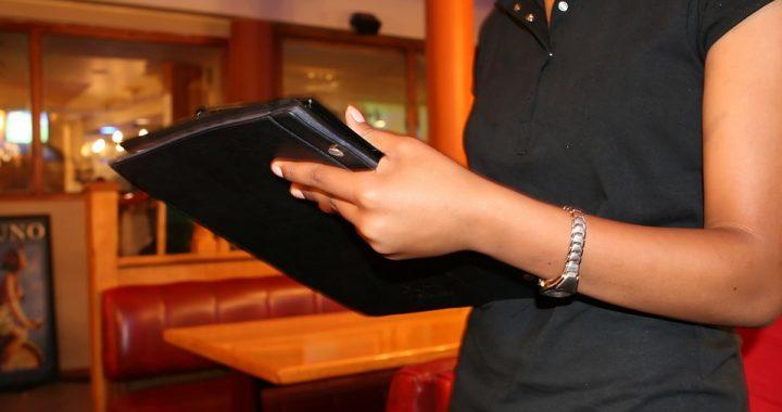 Kelnerka sądziła, że jeden z gości się pomylił! Zaniemówiła kiedy zobaczyła napiwek!