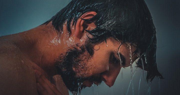 Nigdy nie chodź pod prysznic w soczewkach kontaktowych!