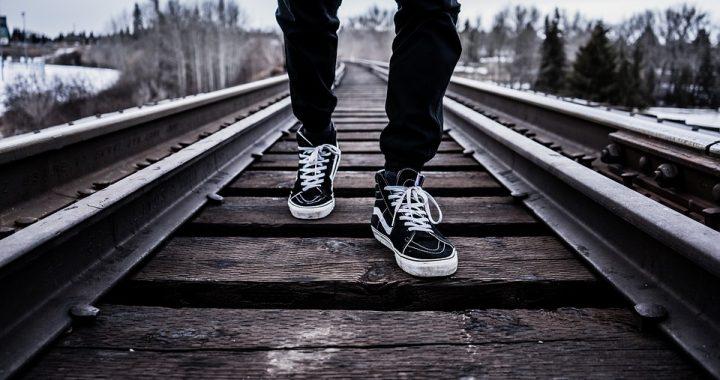Lubuskie: 31-latek usiadł na torach i czekał na nadjeżdżający pociąg! Policjanci (…)!