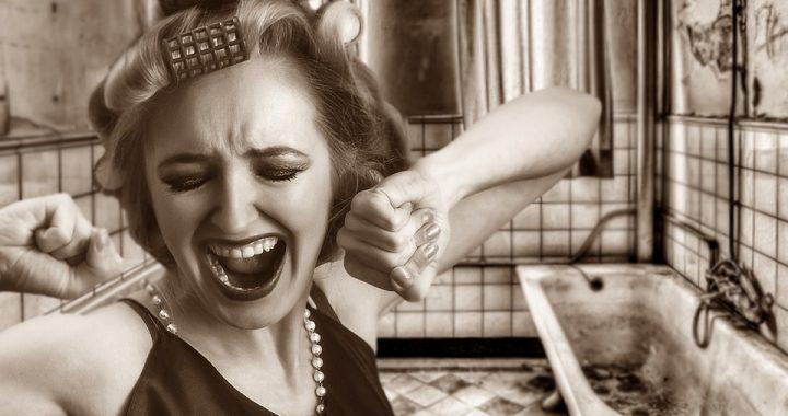 Mężczyźni nienawidzą, gdy kobiety TO robią! Przez takie zachowania omijają je szerokim łukiem!