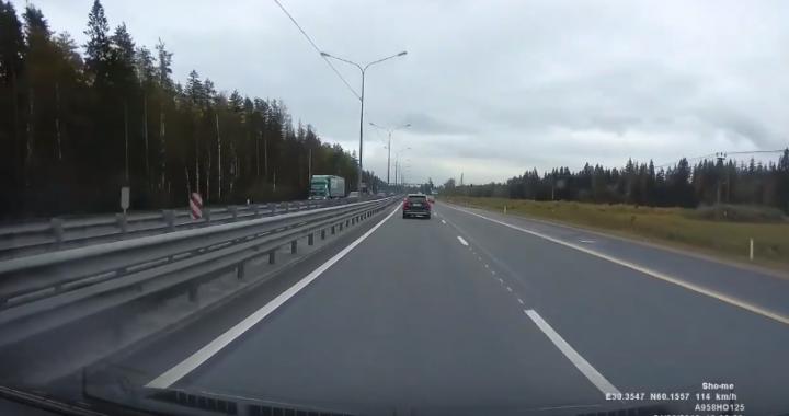 Cudem uniknął śmierci! Rozpędzona ciężarówka wpadła na jego pas… [VIDEO]