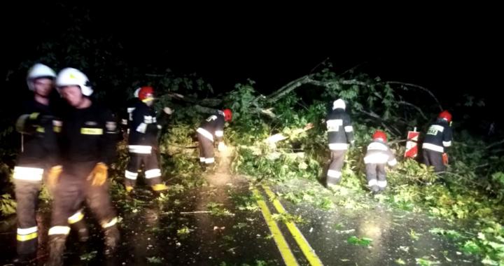 ZERWANE dachy i połamane drzewa!Nad Polską przechodzi…