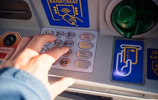 UWAŻAJ! Masz konto w tym banku? Czekają Cię spore problemy!