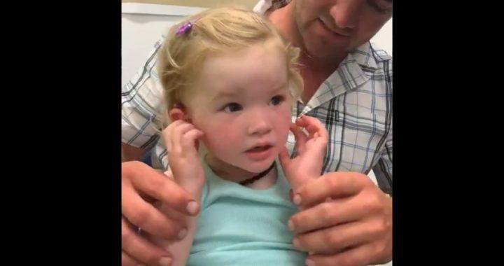 Dziewczynka po raz pierwszy usłyszała głos rodziców! Jej reakcja jest (…)!