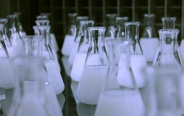 Dwóch PROFESORÓW chemii produkowało METAMFETAMINĘ. Wpadli, bo…