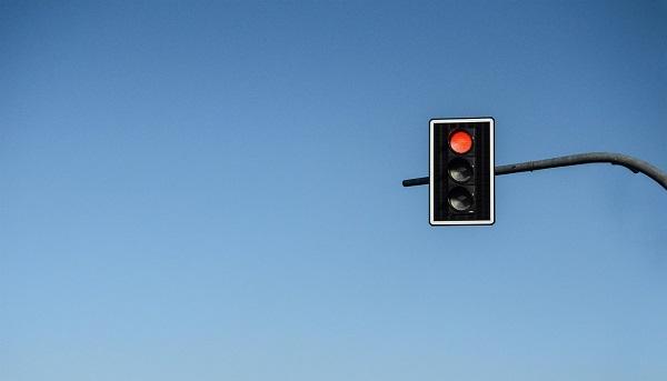 Zignorował czerwone światło.Śpieszył się, bo WIÓZŁ W TORBIE…