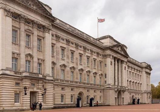Skandal w rodzinie królewskiej! Książę oskarżony o molestowanie uciekał Bentleyem…