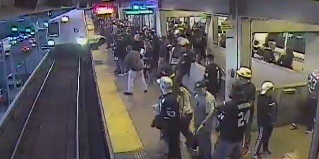Wpadł na tory tuż przed nadjeżdżającym pociągiem! PO CHWILI STAŁO SIĘ TO… [video]