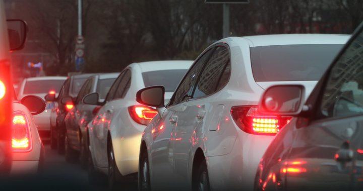 Auta stoją w gigantycznym korku! Ważna drogowa krajowa zablokowana przez rozlany (…)!