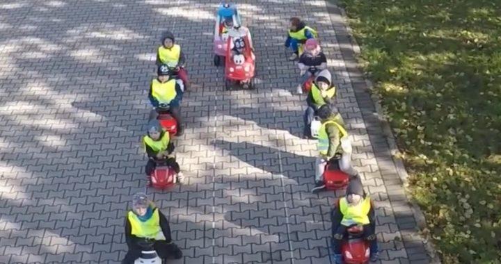 Przedszkolaki zawstydziły kierowców! Pokazały jak prawidłowo (…)!