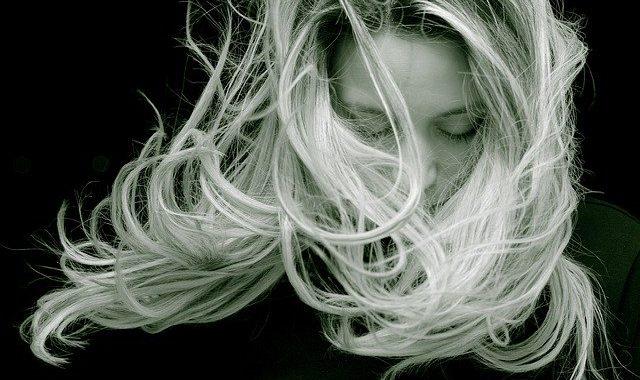 Chcesz wzmocnić swoje włosy oraz powstrzymać ich wypadanie? Zacznij PŁUKAĆ je TYM!