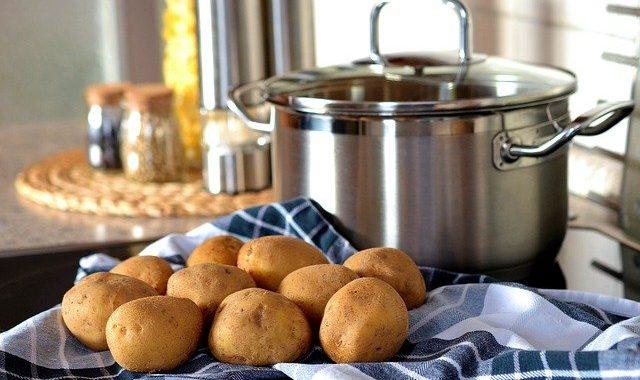 Dodaj marchew do gotujących się ziemniaków. Poznając powód już zawsze będziesz tak robić
