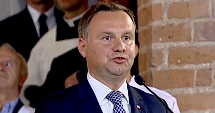 """Najnowszy sondaż. Trzaskowski z kolejnym REKORDEM poparcia. """"Duda może się powoli pakować""""."""