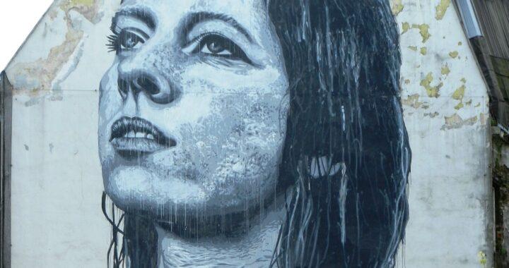 """Polacy WYŚMIALI mural Anny Przybylskiej! Jego twórca przyznaje: """"Jestem tylko człowiekiem i też się mylę"""""""